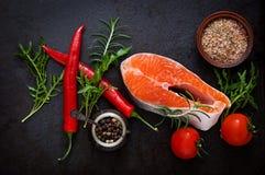 Ακατέργαστοι σολομός και λαχανικά μπριζόλας Στοκ εικόνα με δικαίωμα ελεύθερης χρήσης