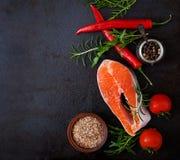 Ακατέργαστοι σολομός και λαχανικά μπριζόλας Στοκ Εικόνες
