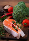 Ακατέργαστοι σολομός και λαχανικά μπριζόλας Στοκ Φωτογραφίες