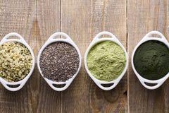 Ακατέργαστοι σπόροι και σκόνη Superfood Στοκ φωτογραφία με δικαίωμα ελεύθερης χρήσης