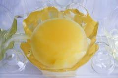 Ακατέργαστος λέκιθος κοτόπουλου Το αυγό είναι σπασμένο Στοκ Εικόνα