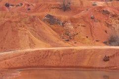 Ακατέργαστος βωξίτης ορυχείων βωξίτη στην επιφάνεια Στοκ Φωτογραφία