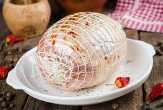 Ακατέργαστος γεμισμένος ρόλος κοτόπουλου με το καρύκευμα έτοιμο να ψήσει στο άσπρο κύπελλο στο ξύλινο υπόβαθρο Εκλεκτική εστίαση Στοκ Φωτογραφίες