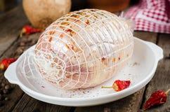Ακατέργαστος γεμισμένος ρόλος κοτόπουλου με το καρύκευμα έτοιμο να ψήσει στο άσπρο κύπελλο στο ξύλινο υπόβαθρο Εκλεκτική εστίαση Στοκ Εικόνα