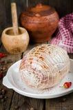 Ακατέργαστος γεμισμένος ρόλος κοτόπουλου με το καρύκευμα έτοιμο να ψήσει στο άσπρο κύπελλο στο ξύλινο υπόβαθρο Εκλεκτική εστίαση Στοκ Φωτογραφία