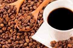 Ακατέργαστος και στιγμιαίος καφές στοκ φωτογραφία με δικαίωμα ελεύθερης χρήσης