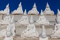 Ακατέργαστος της άσπρης θέσης του Βούδα στον τοίχο Στοκ εικόνες με δικαίωμα ελεύθερης χρήσης