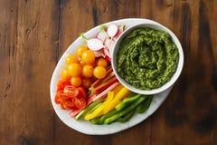 Ακατέργαστο αντίγραφο διαστημικό χορτοφάγο υγιές φ σάλτσας pesto πρόχειρων φαγητών λαχανικών Στοκ φωτογραφία με δικαίωμα ελεύθερης χρήσης