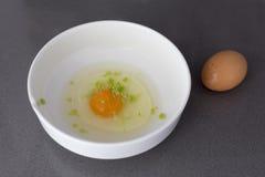 Ακατέργαστο αυγό σε ένα άσπρο κύπελλο Στοκ φωτογραφία με δικαίωμα ελεύθερης χρήσης