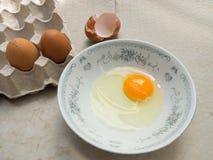 Ακατέργαστο αυγό σε ένα αυγό κύπελλων και επιτροπής Στοκ εικόνα με δικαίωμα ελεύθερης χρήσης