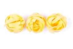 Ακατέργαστο αυγό τρία ζυμαρικών τοπ άποψη κουπών χρώματος που απομονώνεται στο άσπρο backgro Στοκ Εικόνα