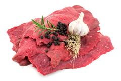 Ακατέργαστο βόειο κρέας στο λευκό στοκ φωτογραφία με δικαίωμα ελεύθερης χρήσης