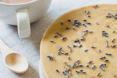Ακατέργαστο κέικ με lavender τα λουλούδια Υγιής γλυκιά έννοια προγευμάτων Στοκ Εικόνα