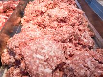 Ακατέργαστο κομματιασμένο χοιρινό κρέας ή κρέας για το μαγείρεμα των τροφίμων στοκ φωτογραφία