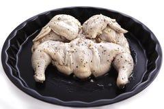 Ακατέργαστο κοτόπουλο σε ένα μαρινάρισμα του ξιδιού, ελαιόλαδο με το σκόρδο στοκ φωτογραφίες