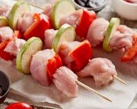 Ακατέργαστο κρέας κοτόπουλου shashlik - ξύλινα οβελίδια με το πιπέρι και Zucch στοκ εικόνες με δικαίωμα ελεύθερης χρήσης