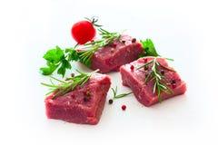 Ακατέργαστο κρέας με τα καρυκεύματα πέρα από το λευκό Στοκ εικόνες με δικαίωμα ελεύθερης χρήσης