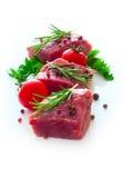 Ακατέργαστο κρέας με τα καρυκεύματα πέρα από το λευκό Στοκ φωτογραφίες με δικαίωμα ελεύθερης χρήσης