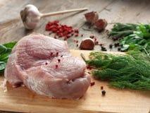Ακατέργαστο κρέας με τα πράσινα σε έναν τέμνοντα πίνακα Στοκ φωτογραφία με δικαίωμα ελεύθερης χρήσης
