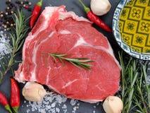 Ακατέργαστο κρέας, μπριζόλα βόειου κρέατος με το καρύκευμα στοκ φωτογραφία με δικαίωμα ελεύθερης χρήσης