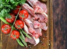 Ακατέργαστο κρέας, μπριζόλες αρνιών με τα λαχανικά Στοκ Εικόνες