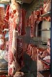 Ακατέργαστο κρέας στο χασάπη στους γάντζους στοκ φωτογραφία με δικαίωμα ελεύθερης χρήσης