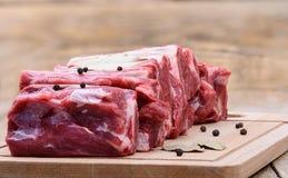 Ακατέργαστο κρέας του στήθους βόειου κρέατος σε έναν τέμνοντα πίνακα στοκ φωτογραφία με δικαίωμα ελεύθερης χρήσης