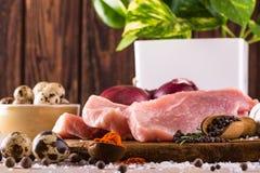 Ακατέργαστο κρέας χοιρινού κρέατος με λίγα καρυκεύματα και αυγά Στοκ Εικόνες