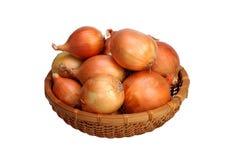 Ακατέργαστο κρεμμύδι στο καλάθι Στοκ εικόνα με δικαίωμα ελεύθερης χρήσης