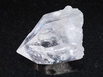 ακατέργαστο κρύσταλλο βράχου του πολύτιμου λίθου χαλαζία στο σκοτάδι Στοκ Φωτογραφίες