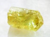 Ακατέργαστο κρύσταλλο του κίτρινου Apatite πολύτιμου λίθου στο λευκό Στοκ Εικόνες