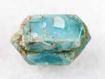 ακατέργαστο κρύσταλλο του μπλε apatite πολύτιμου λίθου στο λευκό Στοκ εικόνα με δικαίωμα ελεύθερης χρήσης