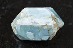 ακατέργαστο κρύσταλλο του μπλε apatite πολύτιμου λίθου στο σκοτάδι Στοκ Εικόνα