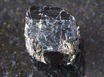 ακατέργαστο κρύσταλλο Schorl (μαύρο tourmaline) στο σκοτάδι Στοκ φωτογραφίες με δικαίωμα ελεύθερης χρήσης