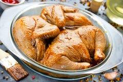 Ακατέργαστο μαριναρισμένο ολόκληρο κοτόπουλο για BBQ Στοκ Εικόνες