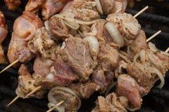 Ακατέργαστο μαριναρισμένο bbq κρέας που προετοιμάζεται για τη σχάρα Στοκ Εικόνες