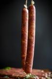 Ακατέργαστο οργανικό σπιτικό λουκάνικο που γίνεται από το φυσικό κρέας Στοκ Φωτογραφία