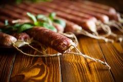 Ακατέργαστο οργανικό σπιτικό λουκάνικο που γίνεται από το φυσικό κρέας Στοκ φωτογραφίες με δικαίωμα ελεύθερης χρήσης