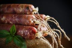 Ακατέργαστο οργανικό σπιτικό λουκάνικο που γίνεται από το φυσικό κρέας Στοκ Εικόνες