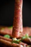 Ακατέργαστο οργανικό σπιτικό λουκάνικο που γίνεται από το φυσικό κρέας Στοκ εικόνα με δικαίωμα ελεύθερης χρήσης