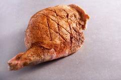 Ακατέργαστο πόδι αρνιών που καρυκεύεται με τα καρυκεύματα Στοκ φωτογραφία με δικαίωμα ελεύθερης χρήσης