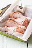 Ακατέργαστο πόδι κοτόπουλου στο πιάτο Στοκ εικόνες με δικαίωμα ελεύθερης χρήσης