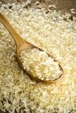 Ακατέργαστο ρύζι στο κουτάλι Στοκ Εικόνες