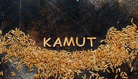 Ακατέργαστο σιτάρι Kamut με μια τοπ άποψη Kamut λέξης στοκ φωτογραφίες