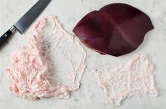 Ακατέργαστο συκώτι και ζωικό λίπος καθαρά σε έναν μαρμάρινο πίνακα Στοκ φωτογραφία με δικαίωμα ελεύθερης χρήσης