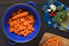 Ακατέργαστο τεμαχισμένο καρότο στο διηθητήρα Στοκ φωτογραφίες με δικαίωμα ελεύθερης χρήσης