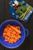 Ακατέργαστο τεμαχισμένο καρότο στο διηθητήρα Στοκ Εικόνες
