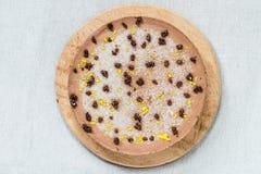 Ακατέργαστο υγιές κέικ που παγώνει με τη σοκολάτα και τα πορτοκαλιά ξέσματα Τοπ όψη Στοκ φωτογραφία με δικαίωμα ελεύθερης χρήσης