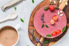 Ακατέργαστο υγιές cheesecake με τη μέντα και τις φράουλες Πίνακας προγευμάτων Στοκ φωτογραφία με δικαίωμα ελεύθερης χρήσης