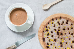 Ακατέργαστο υγιές cheesecake με τη vegan σοκολάτα Πίνακας προγευμάτων Τοπ όψη Στοκ εικόνα με δικαίωμα ελεύθερης χρήσης